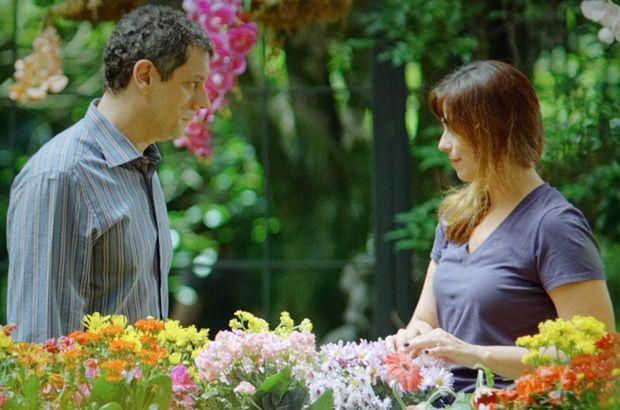 Cícero e Suzana conversando em um jardim