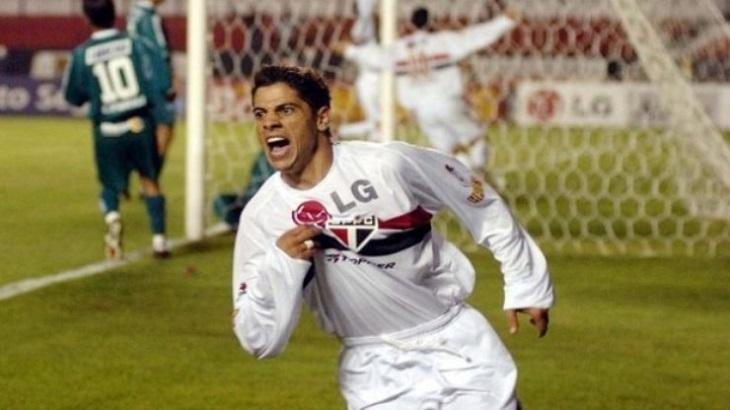 Cicinho comemorando gol do São Paulo