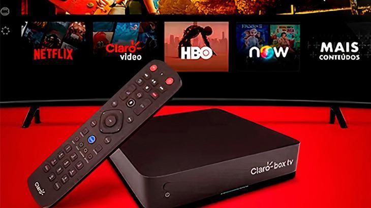 Caixinha da Claro box tv junto com o controle remoto e tendo ao fundo as opções do NOW