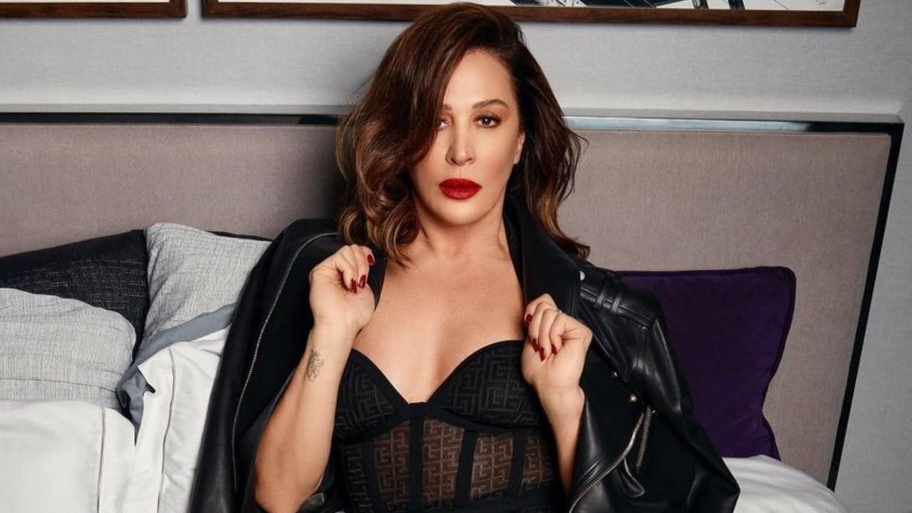 Claudia Raia posa de batom vermelho, lingerie e casaco de couro para foto no Instagram