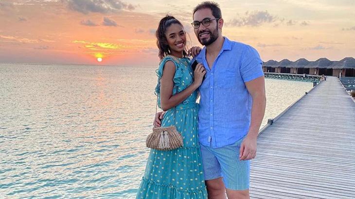 Homem e mulher posam nas ilhas Maldivas