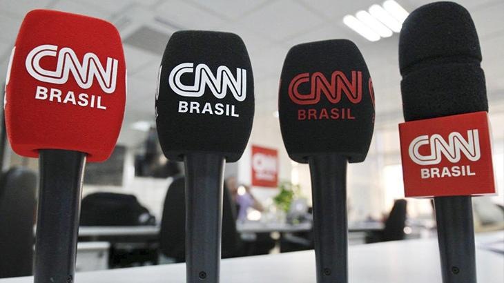 Microfones com o logo da CNN Brasil