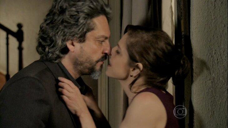 Cora agarrando José Alfredo pelo colarinho, com lábio próximo à boca do Comendador