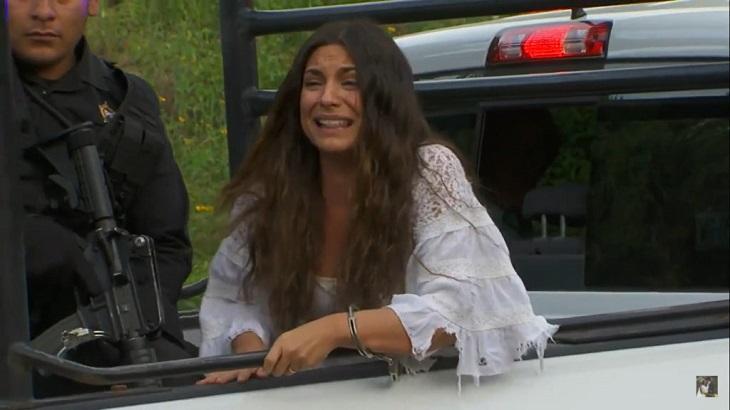 Cena de Coração Indomável com Maricruz chorando algemada e na garupa de uma caminhonete com um policial ao lado