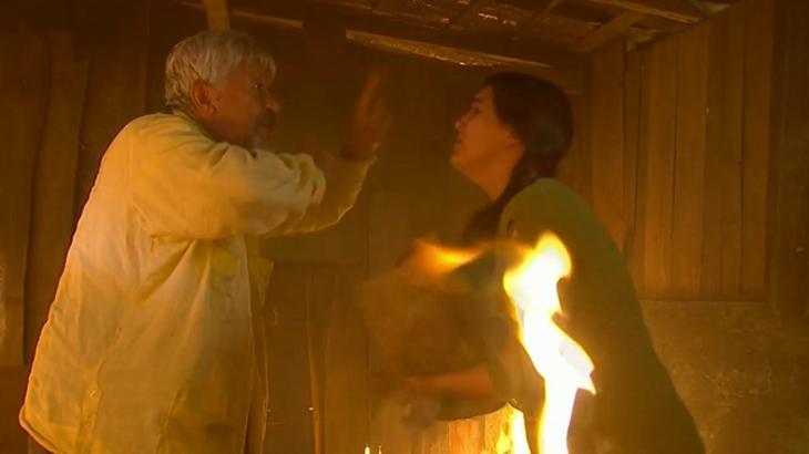 Cena de Coração Indomável com Ramiro e Soledade no incêndio