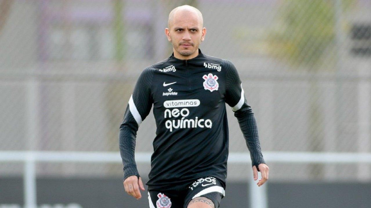 Fábio Santos treinando com a roupa do Corinthians