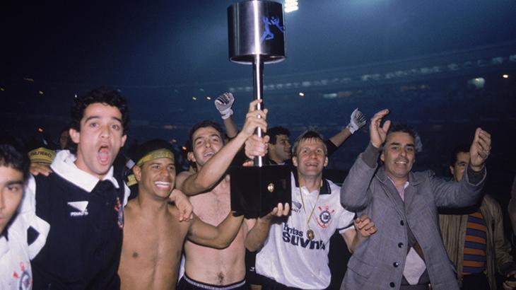 Elenco do Corinthians ergue a taça da Copa do Brasil de 1995, transmitida com exclusividade pelo SBT