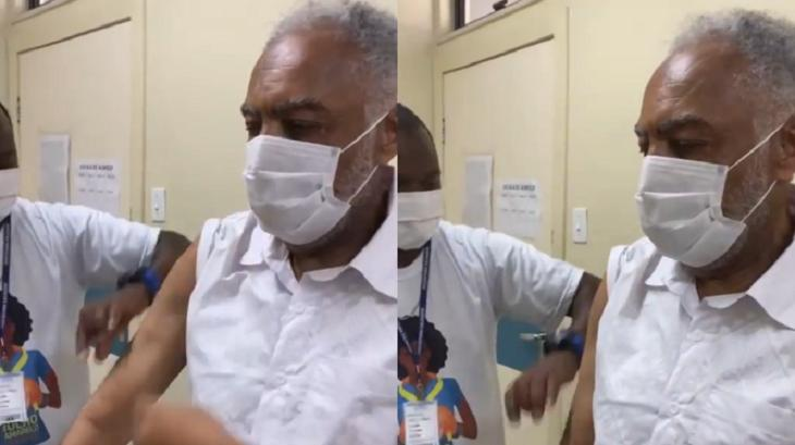 Gilberto Gil recebendo vacina