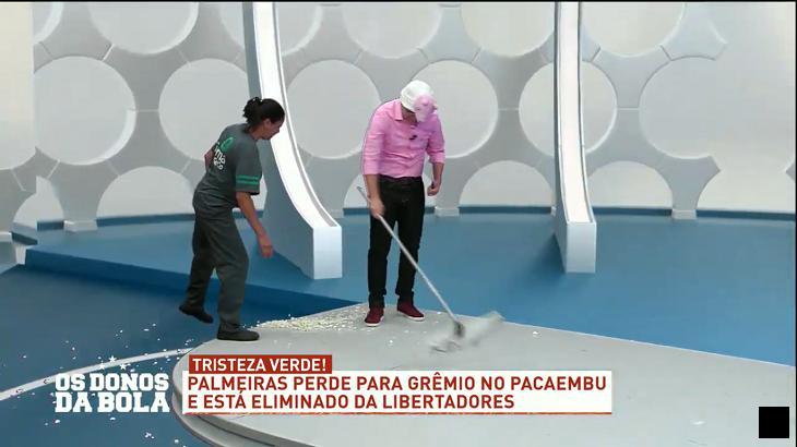 Craque Neto se veste de Peppa Pig e joga pipoca para o alto após eliminação do Palmeiras