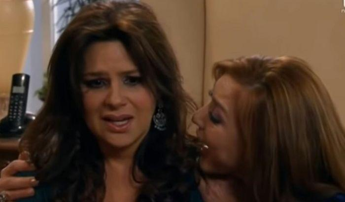 Paula segura Cristina enquanto fala
