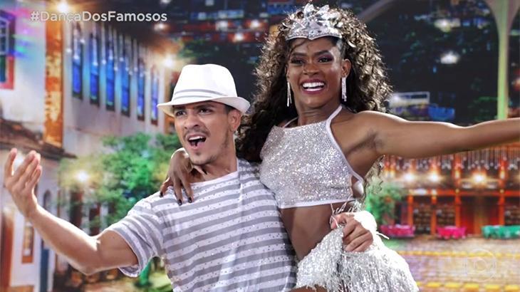 Erika Januza com seu professor na Dança dos Famosos