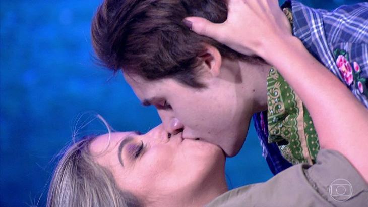 """É namoro? Na final da \""""Dança dos Famosos\"""", Nicolas Prattes explica beijo em bailarina"""