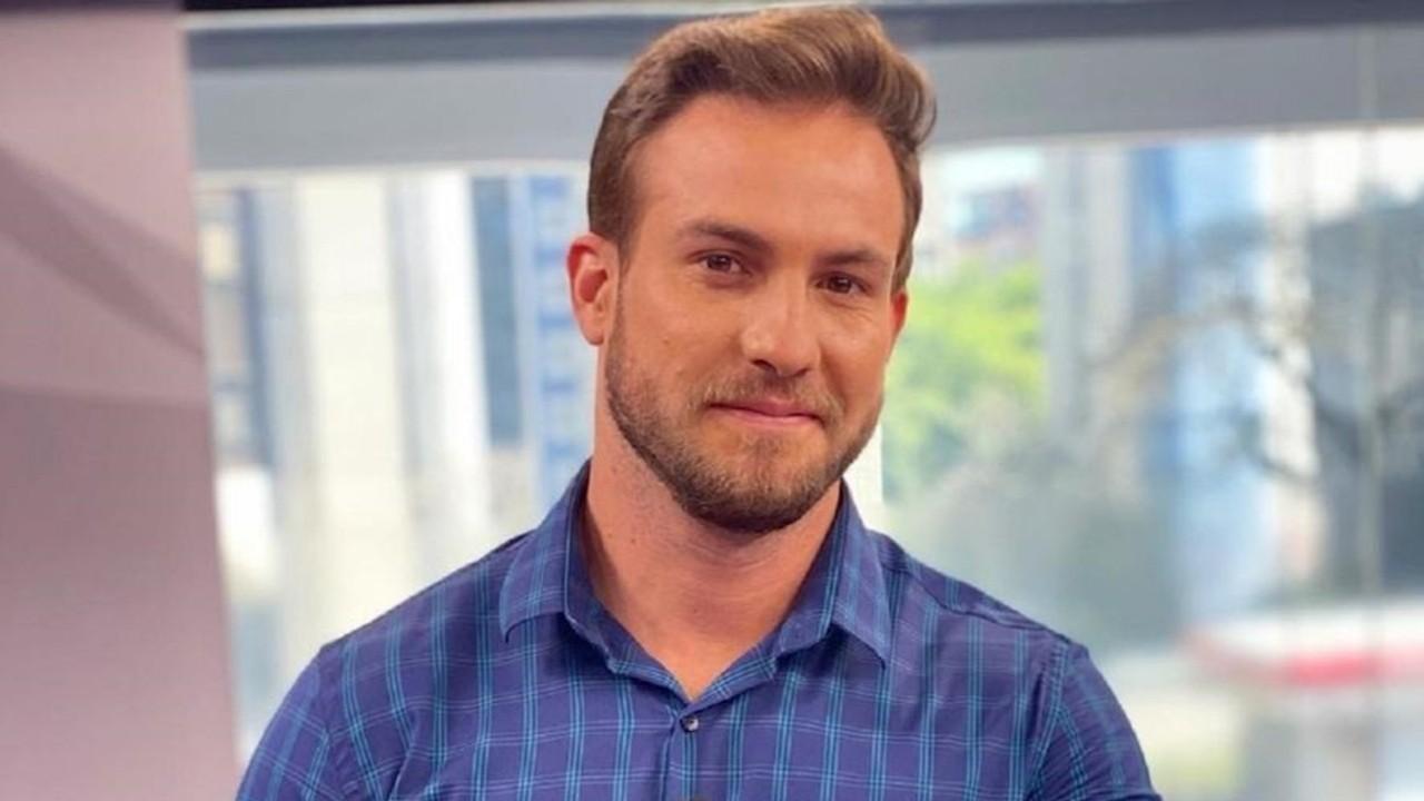 Daniel Adjuto usa camisa azul e sorri para foto