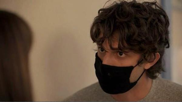 Danilo de máscara perguntando a Thelma sobre sua mãe