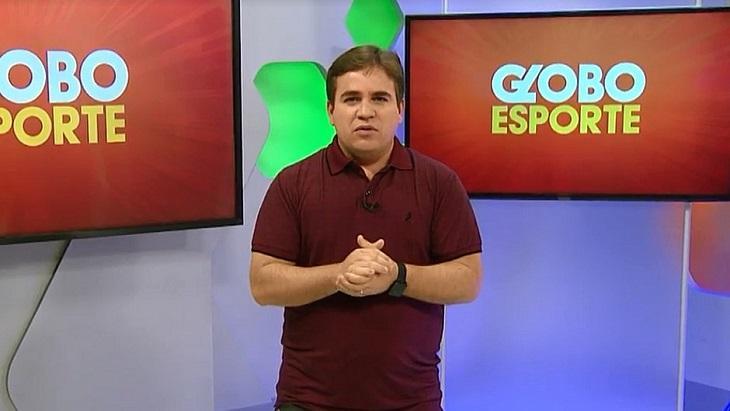 Danilo Ribeiro com as mãos espalmadas nos estúdios do Globo Esporte