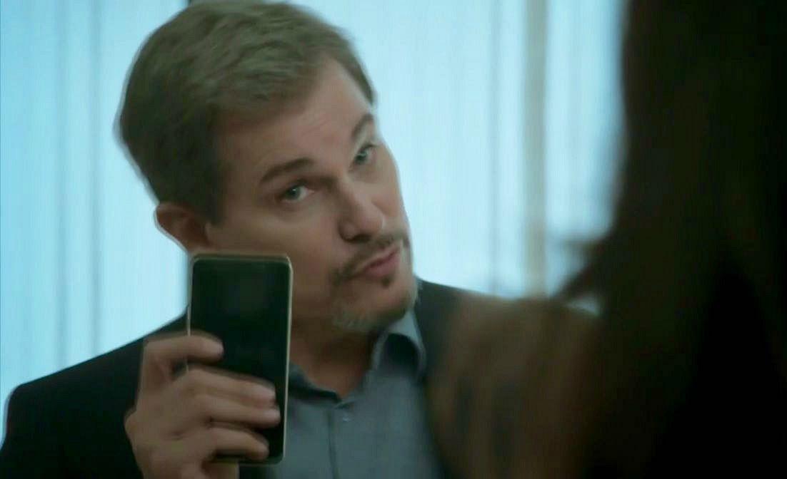 Dantas com o celular de Mira nas mãos