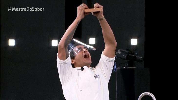 Dário Costa erguendo o troféu de Mestre do Sabor