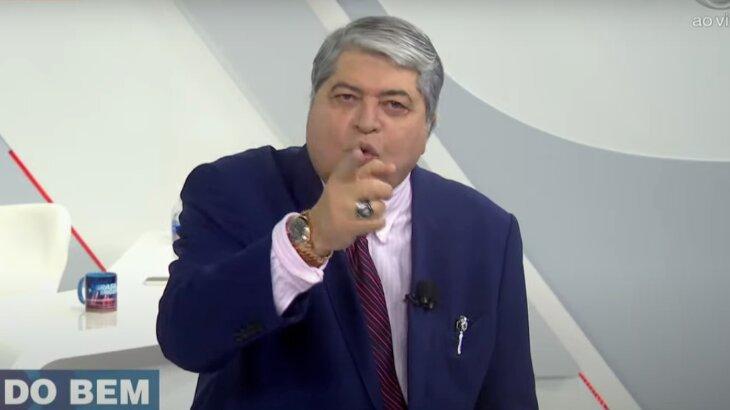 Datena apostando o dedo para a câmera durante o Brasil Urgente