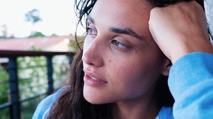 Débora Nascimento olhando ao horizonte