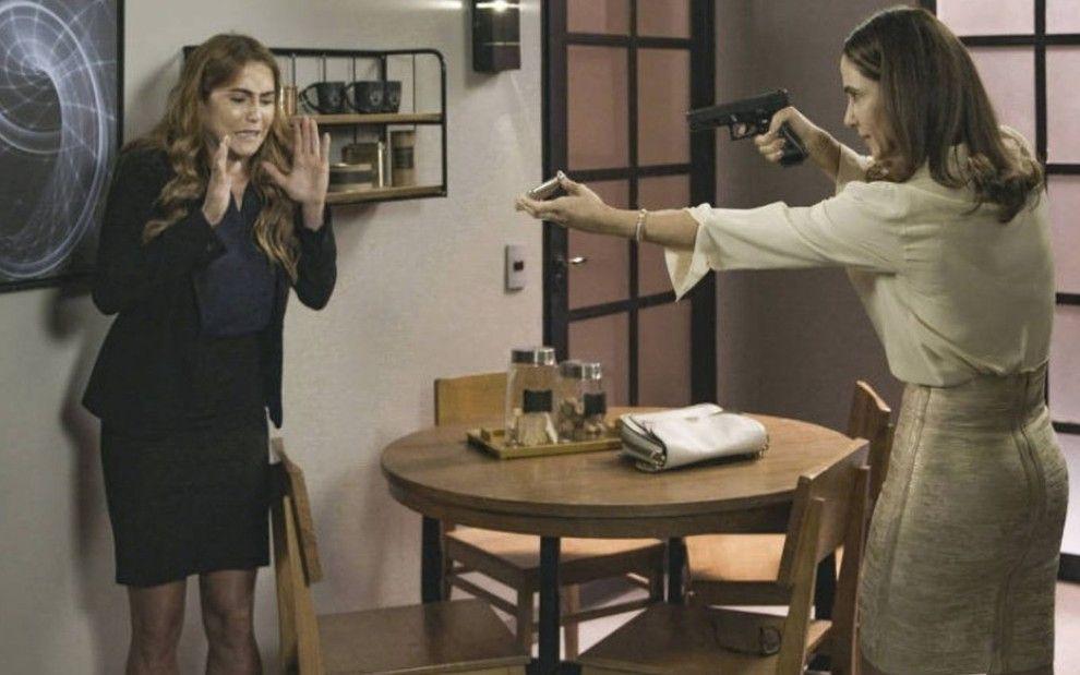 Dominique aponta arma para Alexia
