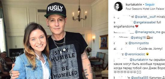 """Johnny Depp aparece magro e pálido em foto e fãs se chocam: \""""irreconhecível\"""""""