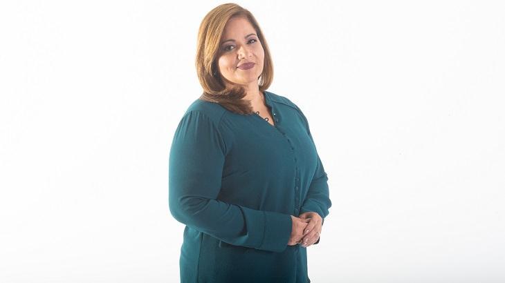 Jornalista Denise Campos posando para a foto