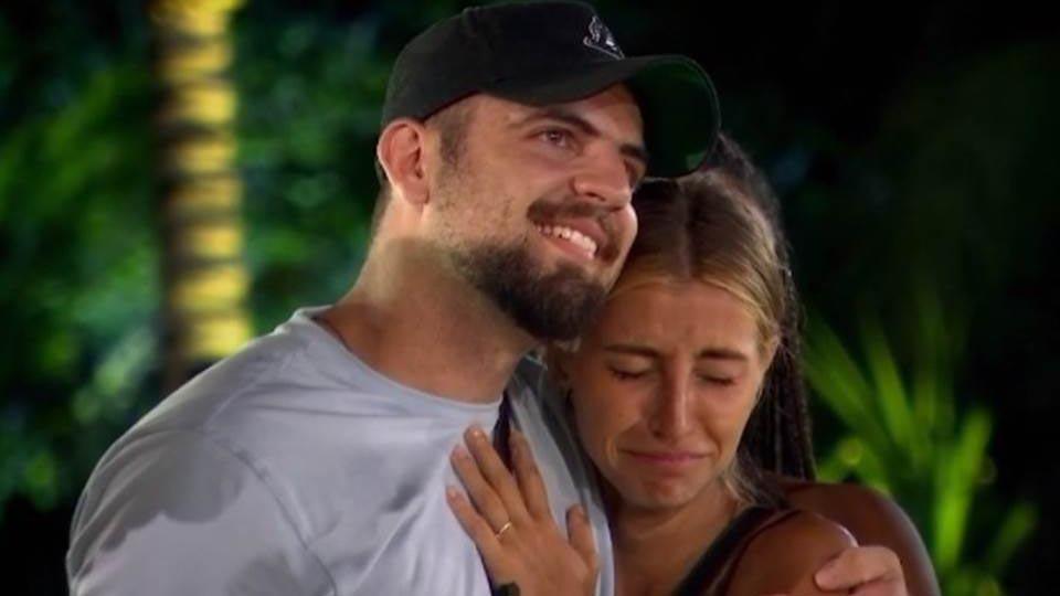 Mina Winkel chorando ao lado de Diego