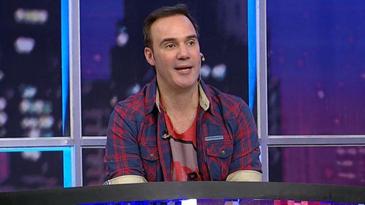 Diogo Portugal na bancada de talk-show