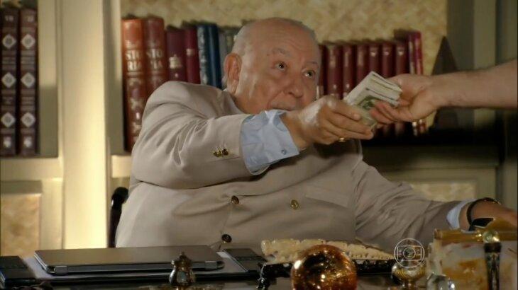 Cena de Dionísio entregando dinheiro para Castro