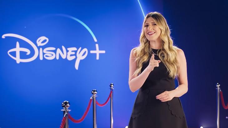 A atriz Dani Calabresa apresentando o especial da Disney+ dentro do estúdio
