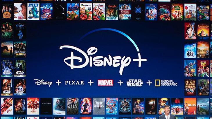 Logotipo da Disney+  tendo ao fundo títulos da plataforma