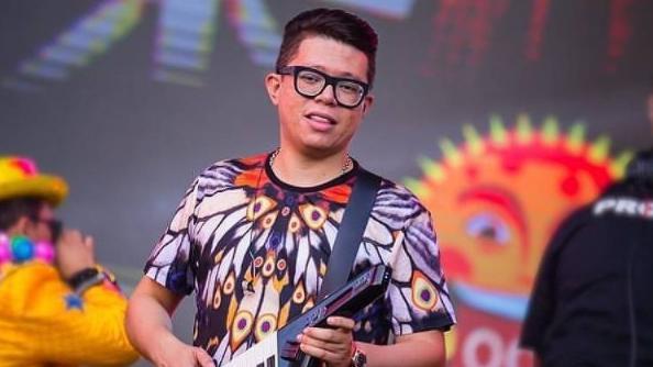 DJ ivis com óculos de grau e camisa estampada em apresentação