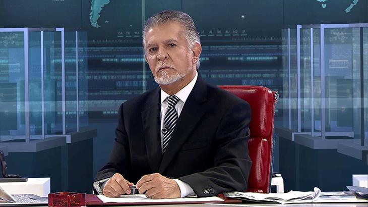 O jornalista Domingos Meirelles na bancada do Repórter Record Investigação