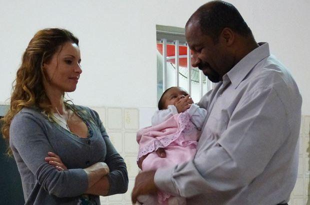 Doralice observa Quirino com Beatriz no colo