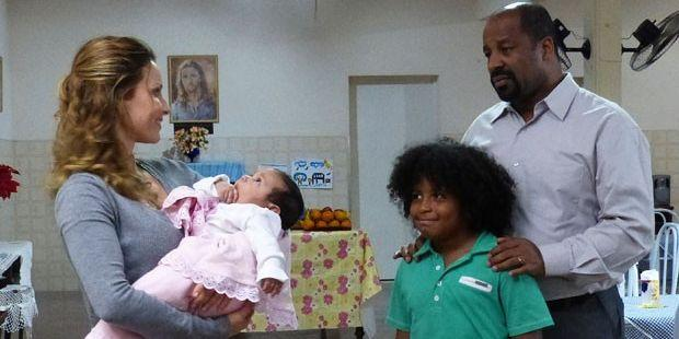 Flor do Caribe: Doralice volta pra casa e faz proposta indecente a Quirino