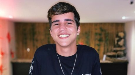 Drico Alves sorrindo