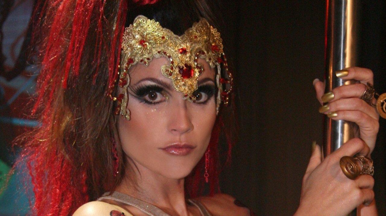 Flávia Alessandra como Alzira em show de pole dance na novela Duas Caras, de volta no Globoplay