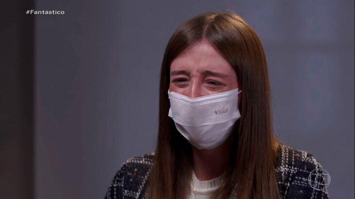 Duda Reis chorando em entrevista no Fantástico