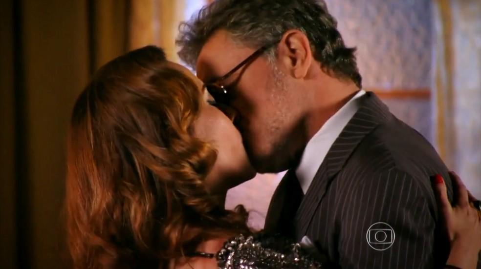 Guimar e Duque se beijando em Flor do Caribe