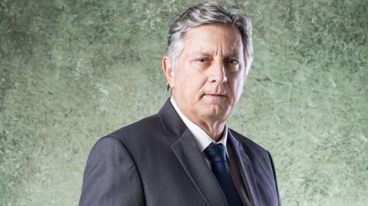 Eduardo Galvão em fundo verde