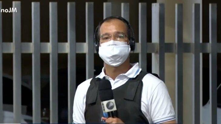 Repórter Eduardo Oliveira segurando microfone
