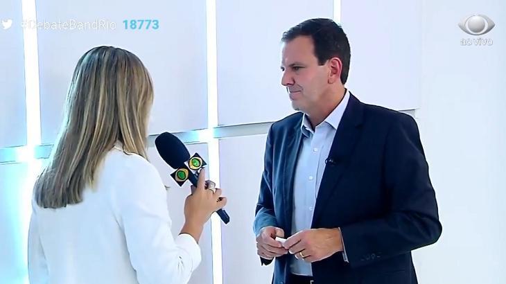 Eduardo Paes sendo entrevistado na Band