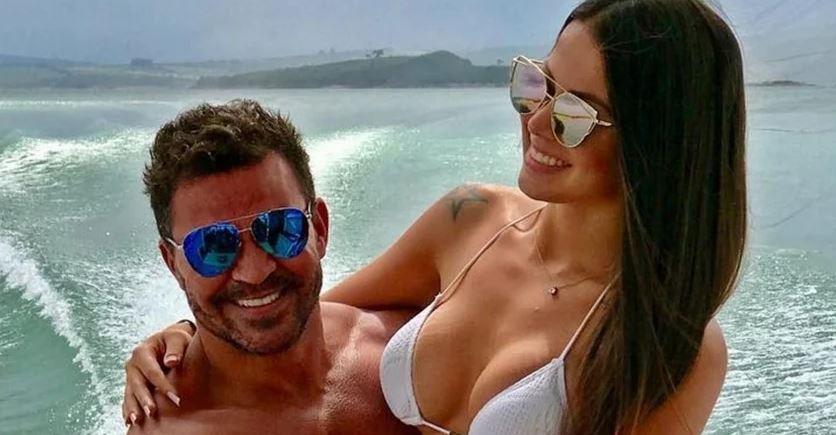 Na foto, Eduardo Costa e Victória Villarim posam em barco