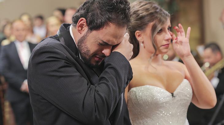 """Humorista de \""""A Praça é Nossa\"""" se casa com cerimônia surpresa no programa \""""Eliana\"""""""