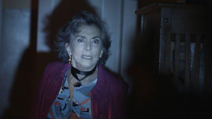 No escuro, Elvira olha assustada na direção de Irene