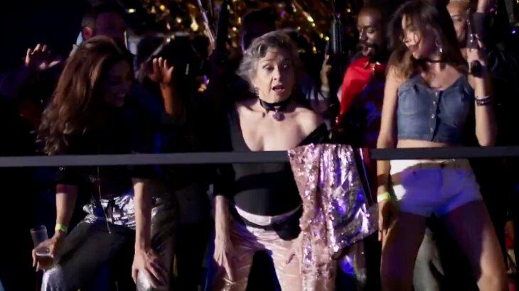 Elvira dançando com Bibi em baile funk