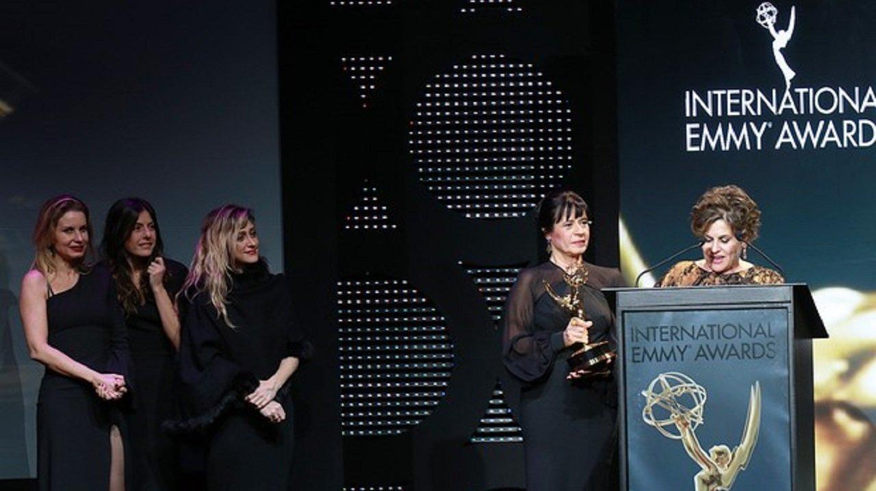 Emmy Internacional durante avitória de Joia Rara