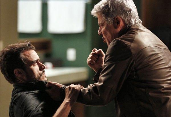 Império: Vicente cai em cilada de Enrico, é humilhado e vai parar na cadeia