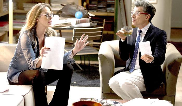 "Império: Vítima de escândalo, José Alfredo dá banana para jornalistas: \""Aqui, ó!\"""