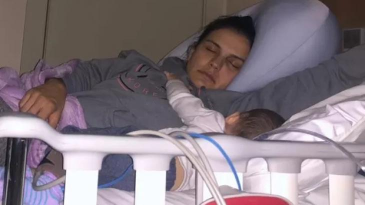 Kyra Gracie dormindo com filho em leito hospitalar